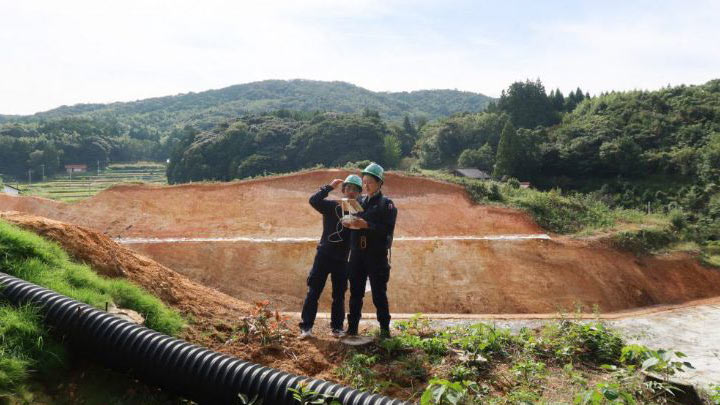 UAV測量をするSGM宮川栄幸(左)吉田なぎさ(右)
