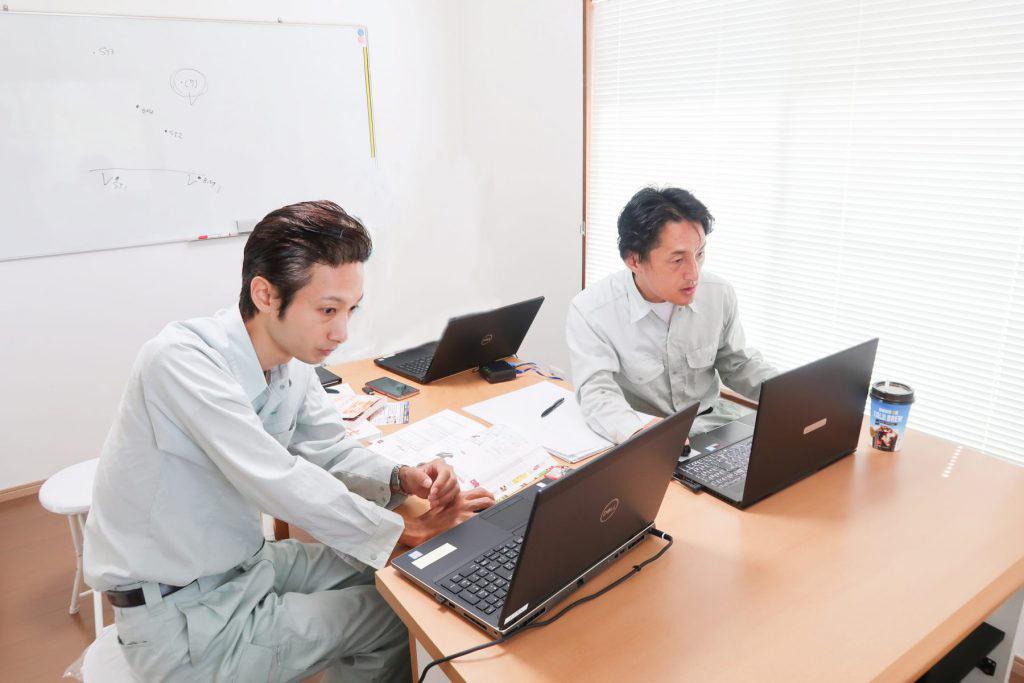 PC作業するi-Constructionスペシャリストの川口と宮川