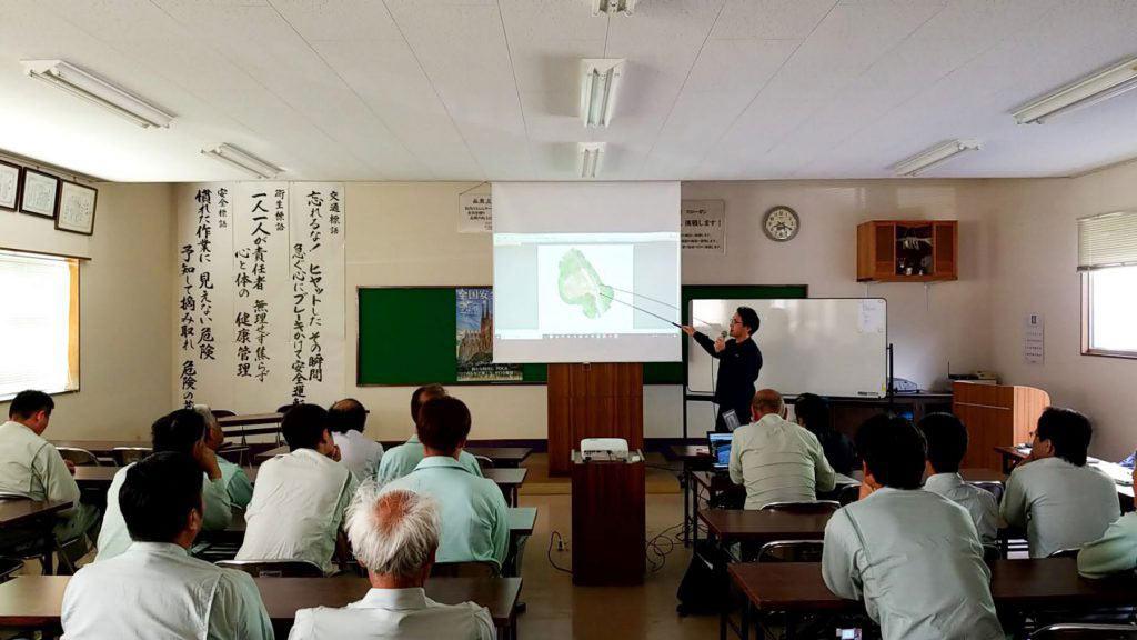 安全大会で3次元データの説明をするi-Constructionスペシャリストの宮川
