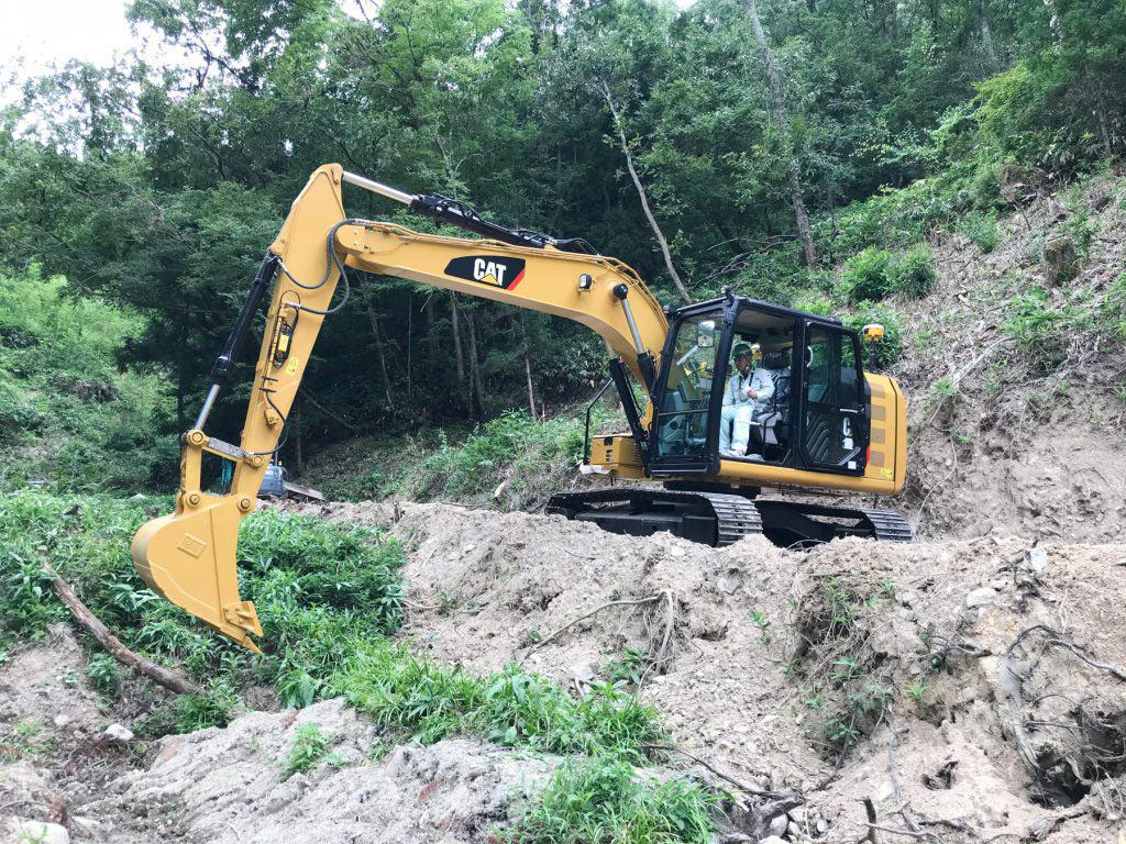 日本キャタピラーのICT建機を操縦する森下建設の土木部長