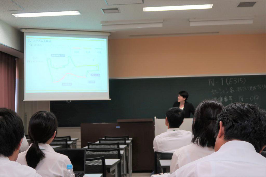 土木学会で発表する吉田なぎさ